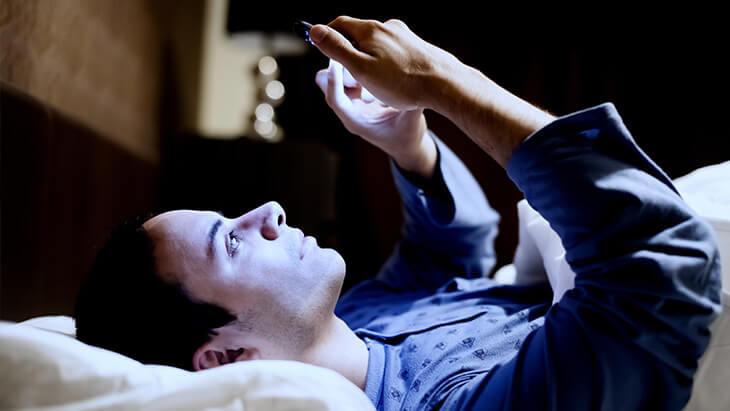 Schlafstörung durch Smartphone Handy blaues Licht